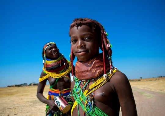 Mumuhuila_tribe_mother_and_daughter_-_Angola