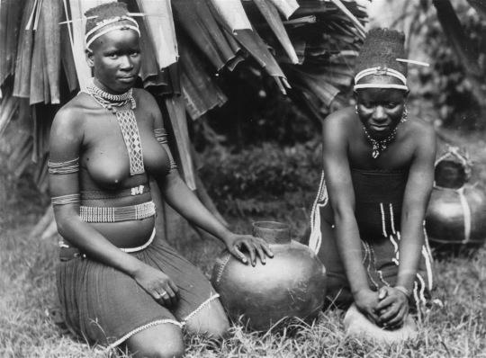 Women-from-a-Zulu-tribe-preparing-a-meal.
