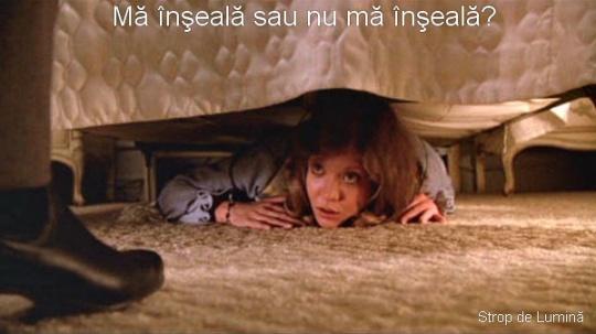 ascunsa sub pat